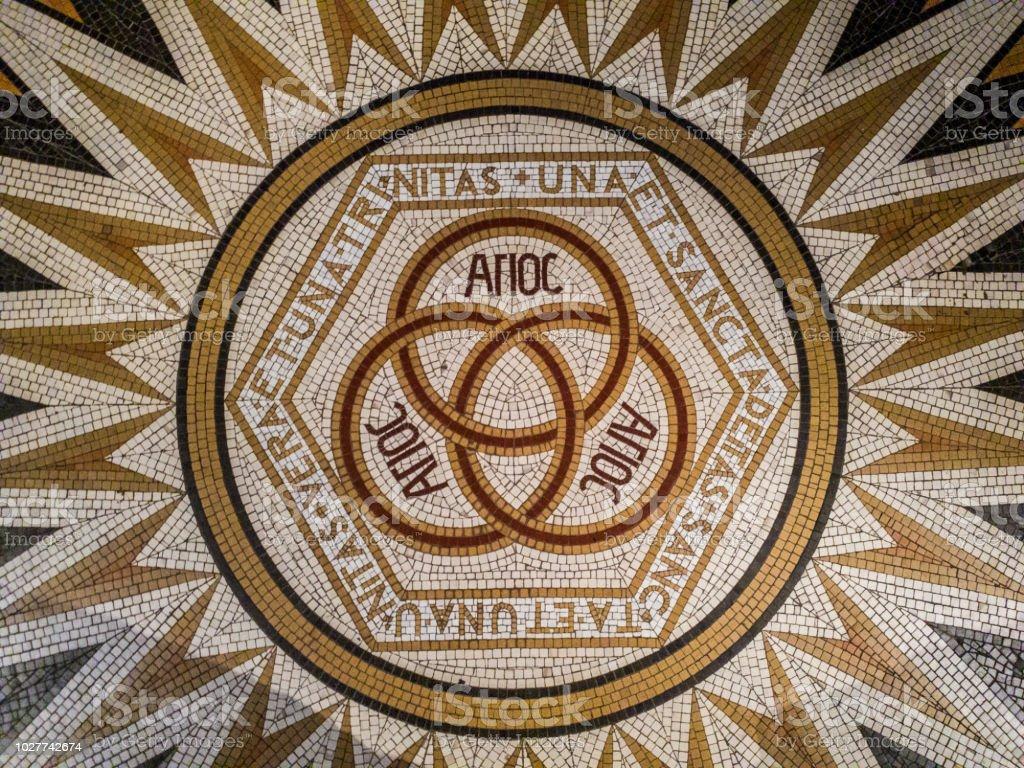 Mosaico en la Abadía de la Dormición (iglesia del Cenáculo), diciendo: