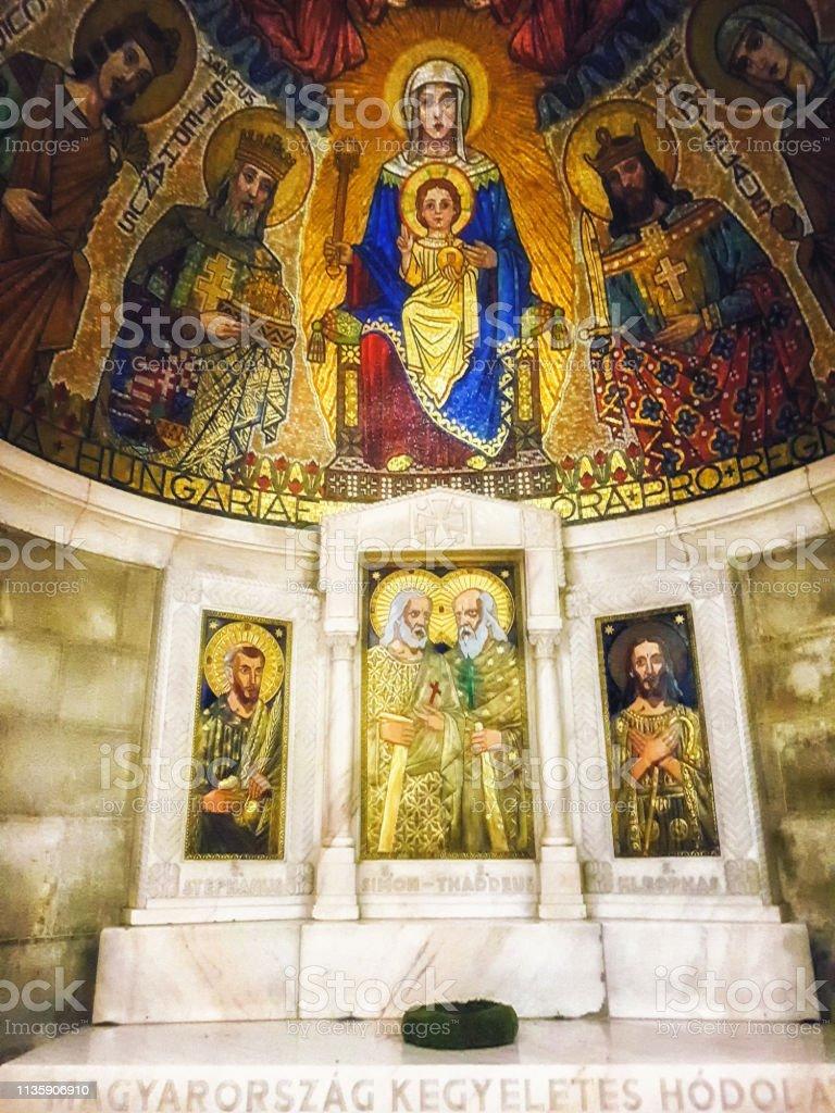 Figuras religiosas del mosaico dentro de la Abadía de la iglesia de la Dormition - foto de stock