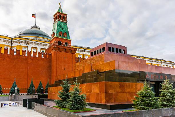 moscow kremlin and lenin's mausoleum - mausoleum stockfoto's en -beelden