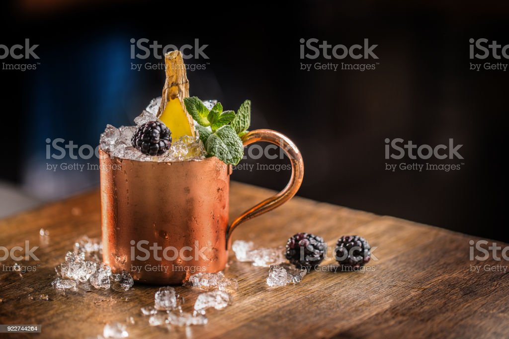 Moscow Mule alkoholisches Getränk. Moscow Mule cocktail alkoholisches Getränk am Tresen im Pub oder restaurant – Foto