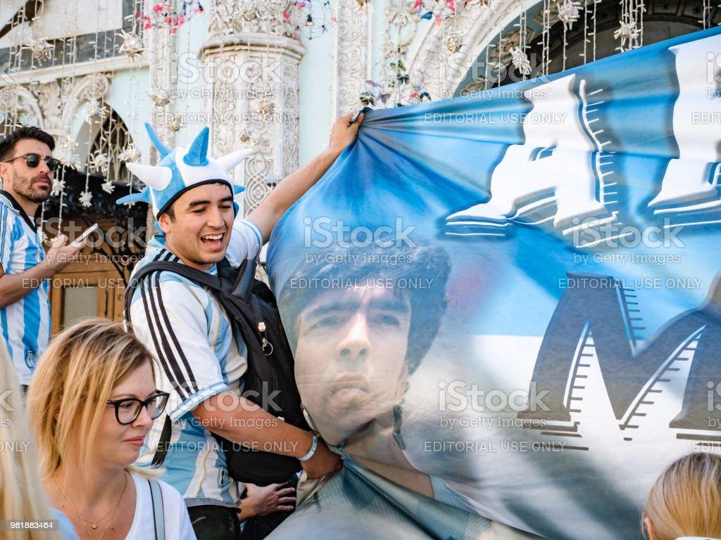 Moscú, Rusia, 16 de junio de 2018. World Cup 2018, los aficionados al fútbol en las calles de Moscú. Fanáticos del fútbol de Argentina caminando por calles de fondo de Moscú y agitando banderas, Copa Mundial de fútbol, Mundial 2018 - foto de stock