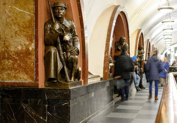 moskau, russland - 16 november, 2017:moscow u-bahnstation platz der revolution. bronzeskulptur von sowjetischen soldaten mit hund - hundeplätze stock-fotos und bilder
