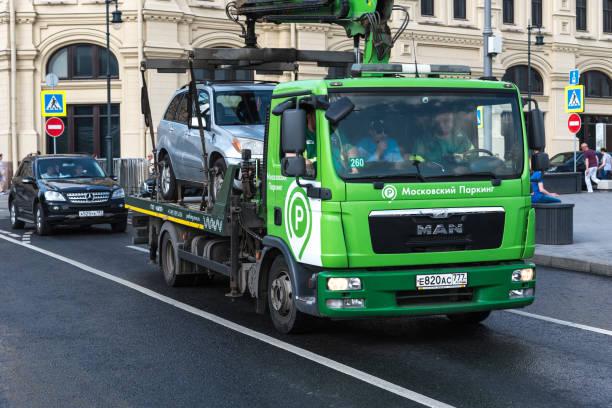 O caminhão de reboque de Moscovo toma afastado um carro do Violator do estacionamento - foto de acervo
