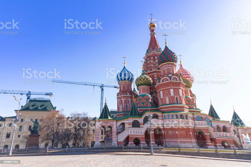 Moscú, Rusia, Catedral de San Basilio y Kremlin paredes y torre en la Plaza Roja en el soleado cielo azul. Plaza Roja es el turismo de interés popular en Rusia - Foto de stock de Aire libre libre de derechos