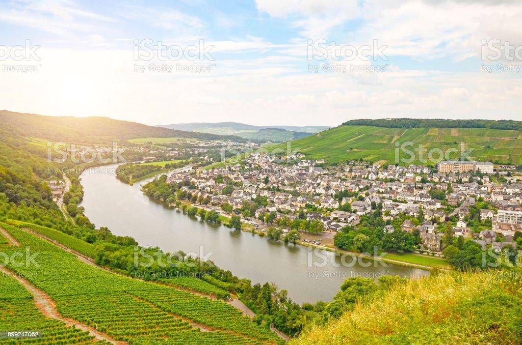 Moseltal Deutschland: Blick vom Schloss Landshut Altstadt Bernkastel-Kues mit Weinbergen und Mosel River im Sommer, Deutschland, Europa – Foto