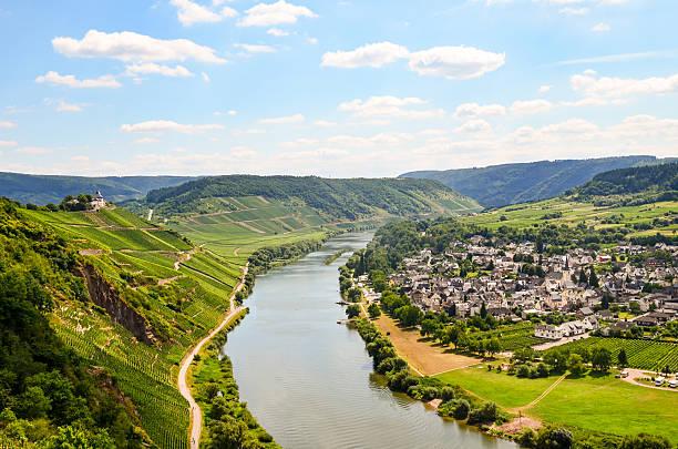Moselle Valley Alemanha: Vista para o castelo e Village Puenderich Marienburg - foto de acervo