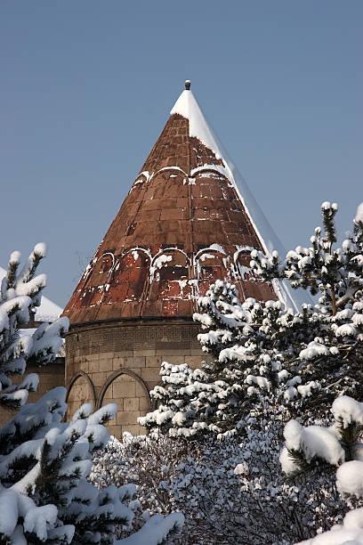사원 후 불빛들과 얼음으로 둘러싸인. Erzurum, 하띤. 스톡 사진