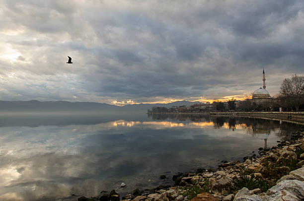 Mosquée et oiseaux reflet dans le lac - Photo