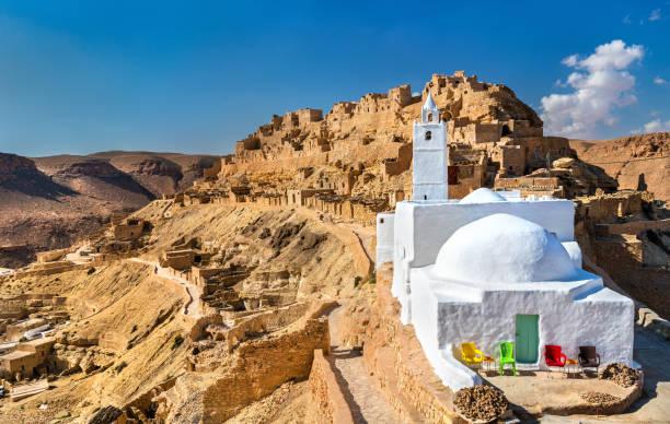 moschee von chenini, ein ein befestigtes berberdorf in süd-tunesien - urlaub in tunesien stock-fotos und bilder