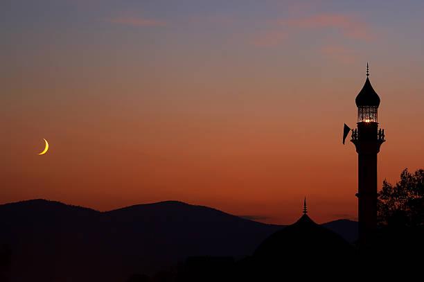 夕暮れのモスク、三日月型 - ラマダン ストックフォトと画像