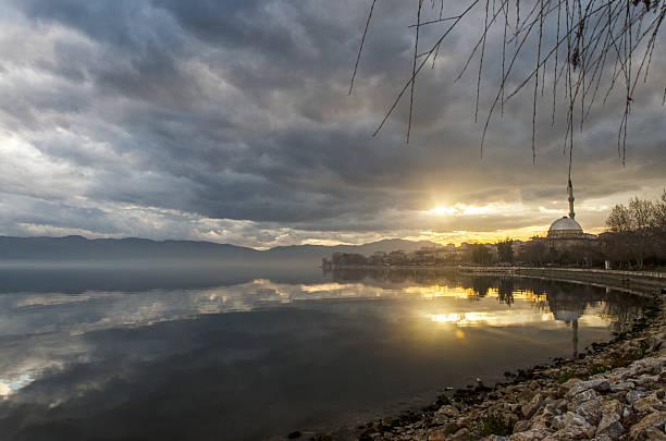 Mosquée au coucher du soleil reflète dans un lac - Photo