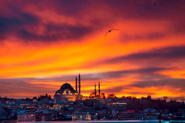 moskee bij zonsondergang met wolken erg mooi bekijk ahmed arnaoty - zuidoost stockfoto's en -beelden