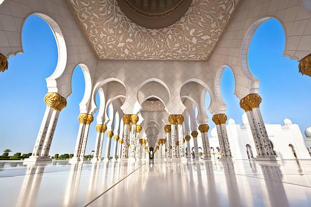 mosque in abu dhabi with white pillars - abu dhabi stok fotoğraflar ve resimler