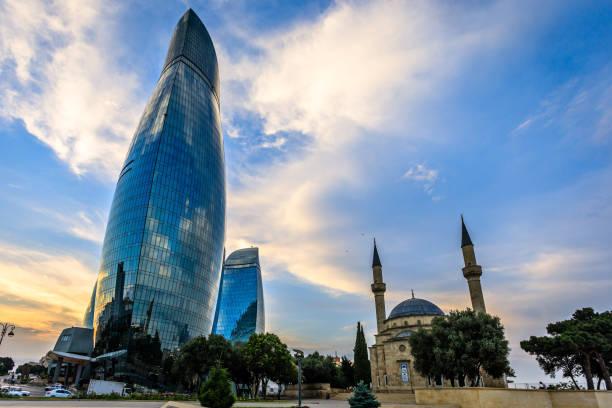 Moschee der Märtyrer und moderne gläserne zentrale Geschäftsviertel Wolkenkratzer im Sonnenuntergang, Baku, Aserbaidschan – Foto