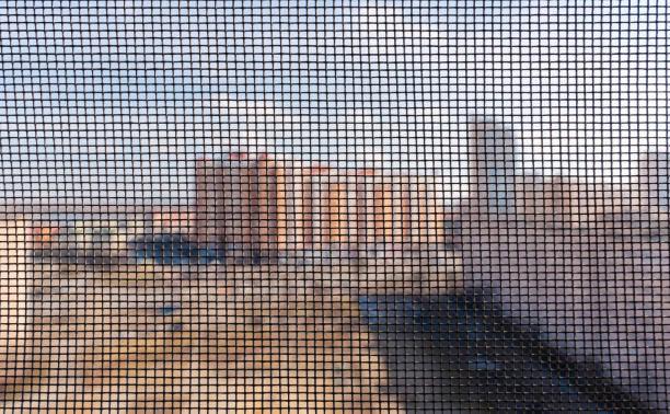 mückenschirme auf einem fenster - fliegengittertüre stock-fotos und bilder