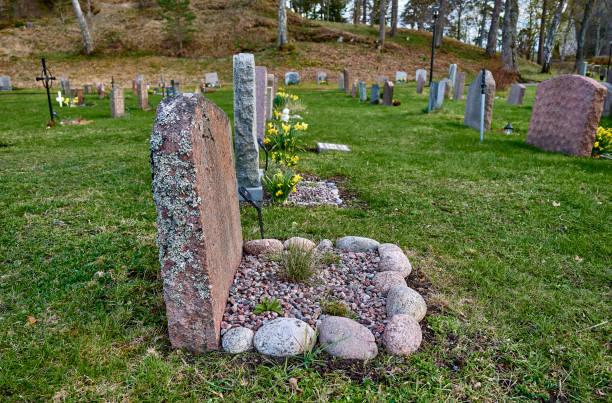 Moss cubrió la lápida en un cementerio en V'rmdá - foto de stock