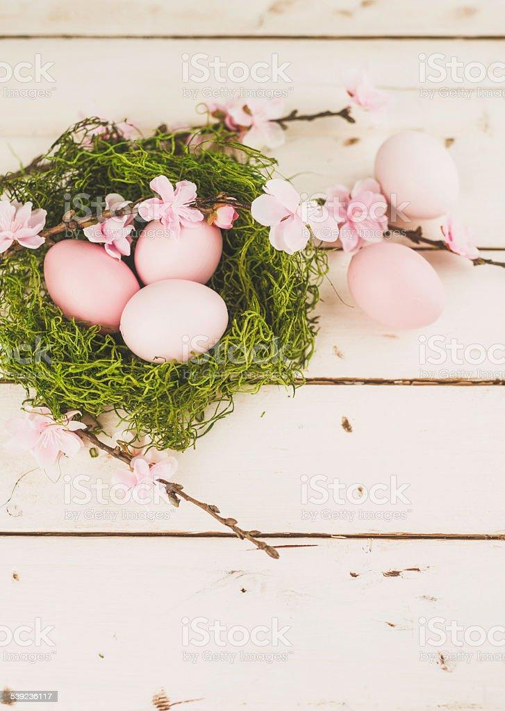 Moss nest con rosa de huevos y cerezos en flor. Pascua vida. foto de stock libre de derechos