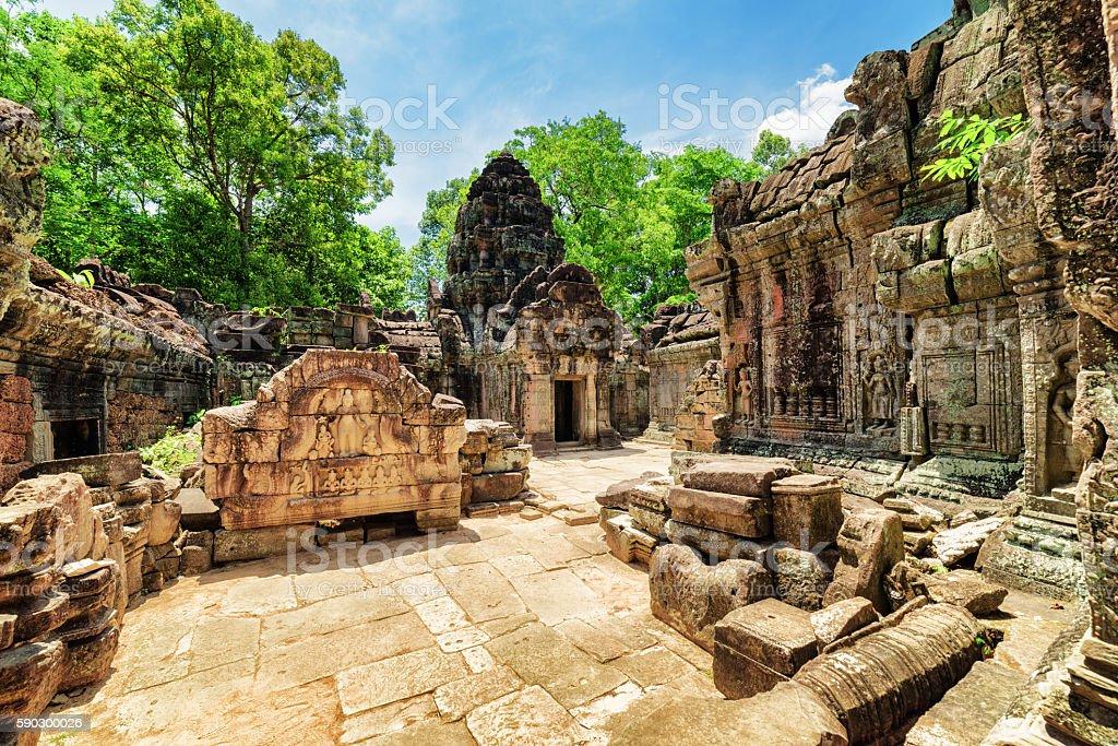 Mossy buildings with carving of ancient Ta Som temple royaltyfri bildbanksbilder