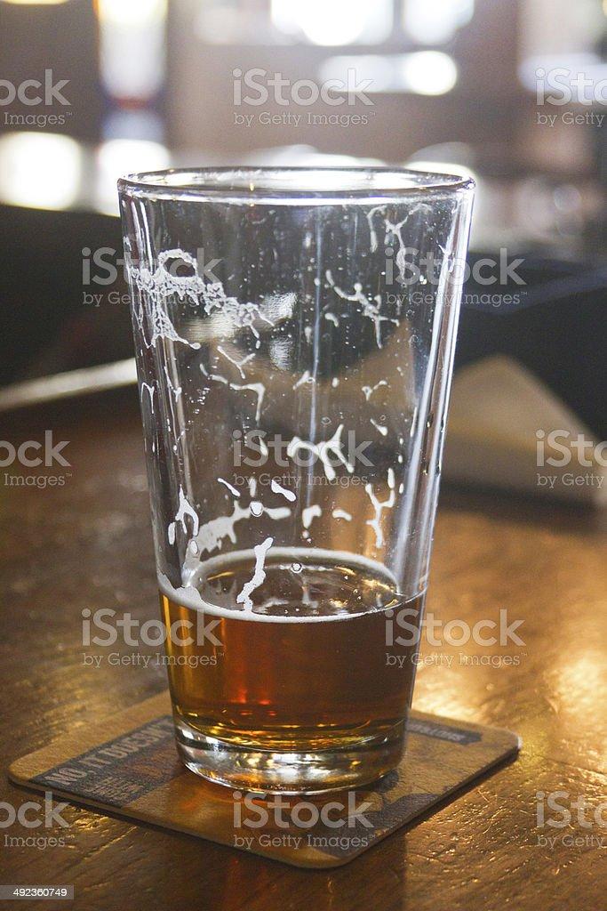 Meistens Betrunken Glas Bier an der Bar – Foto