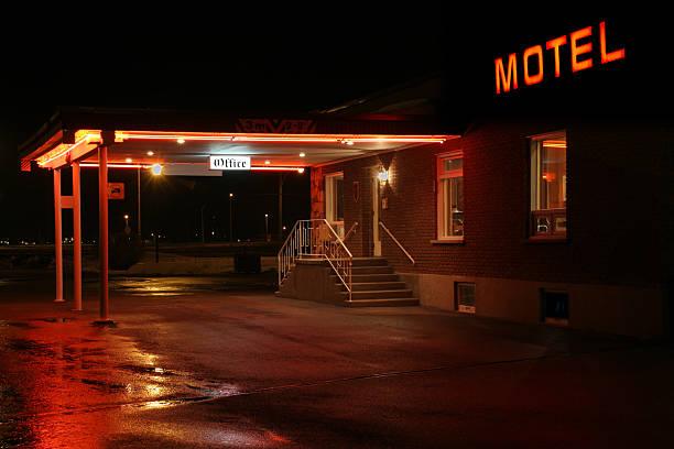 motel wejście w nocy - motel zdjęcia i obrazy z banku zdjęć