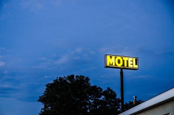 Motel-Schild bei Nacht – Foto