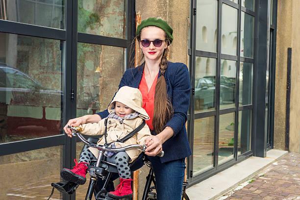 Moter und baby Tochter auf einem Fahrrad – Foto