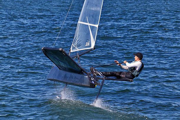 mariposa classe hidrofólio racing no porto de sydney - consumo exibicionista imagens e fotografias de stock