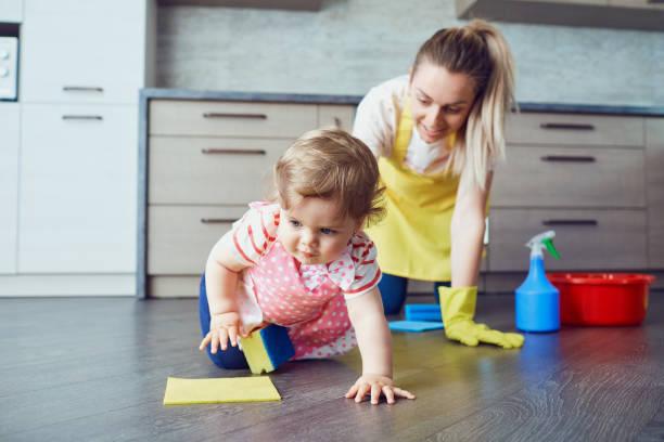 Mutter und Baby sind die Hausreinigung – Foto