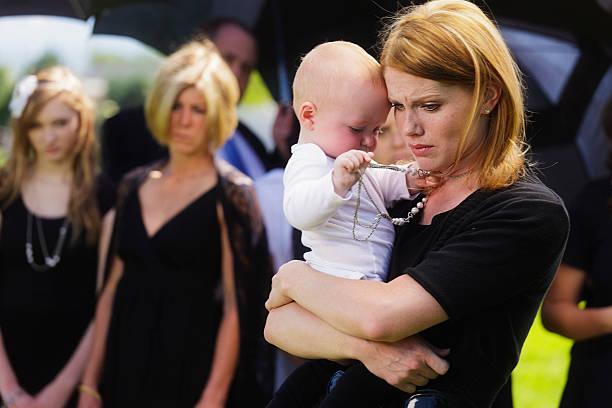 mère et bébé à des funérailles - veuve photos et images de collection