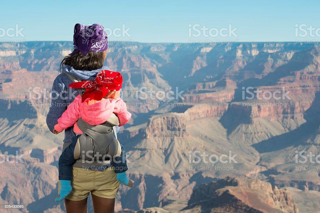 Madre y bebé en Gran Cañón. - foto de stock
