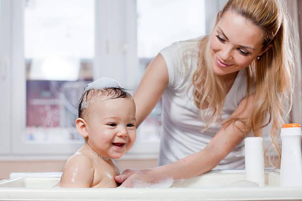 mother and baby bath - baby bathtub bildbanksfoton och bilder