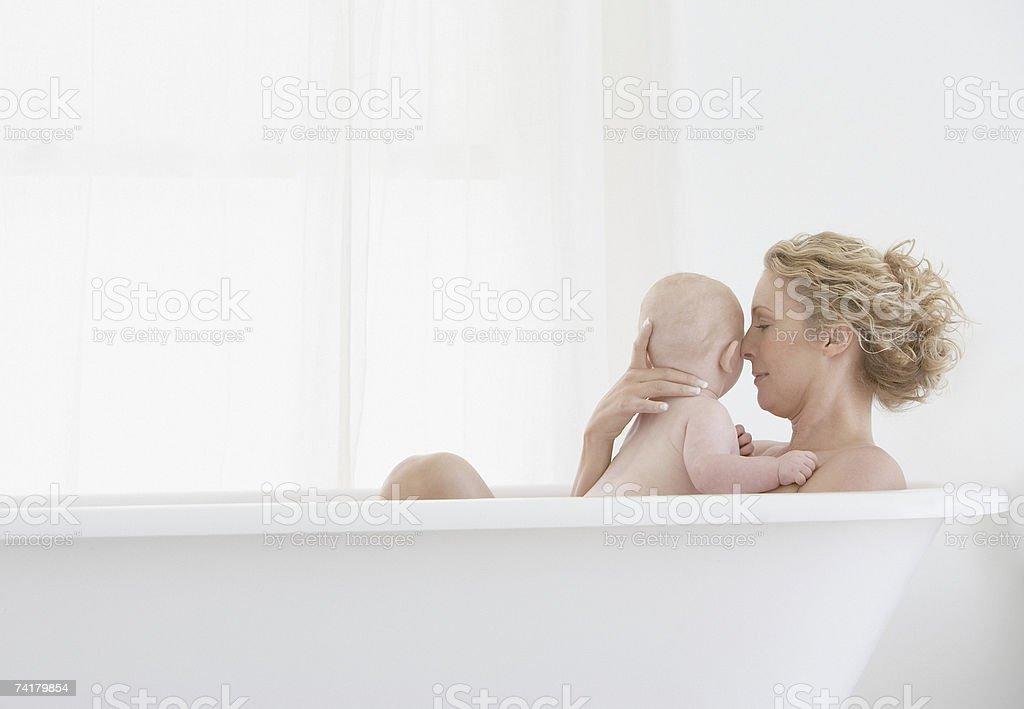 Mãe e bebé Banho foto de stock royalty-free