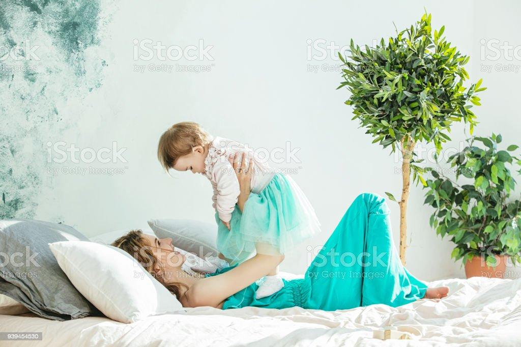 Mère Et Bébé Fille Heureuse Et Belle Maison Ensemble Dans La Chambre à  Coucher Sur Le