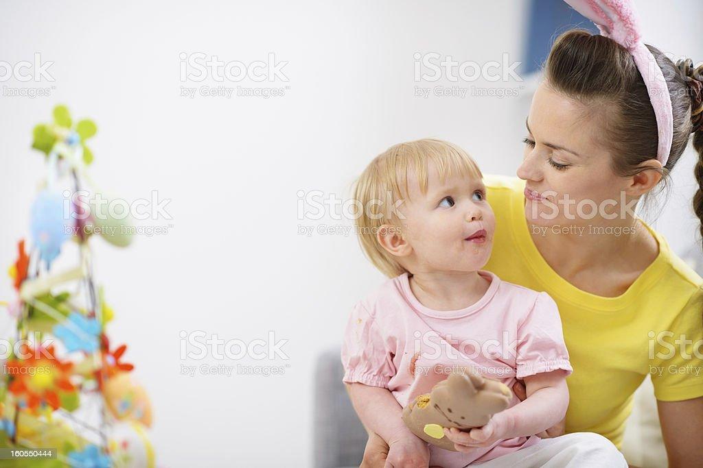 Mutter Und Baby Essen Schokolade Ostern Hase Cookie Stockfoto Und Mehr Bilder Von Alleinerzieherin