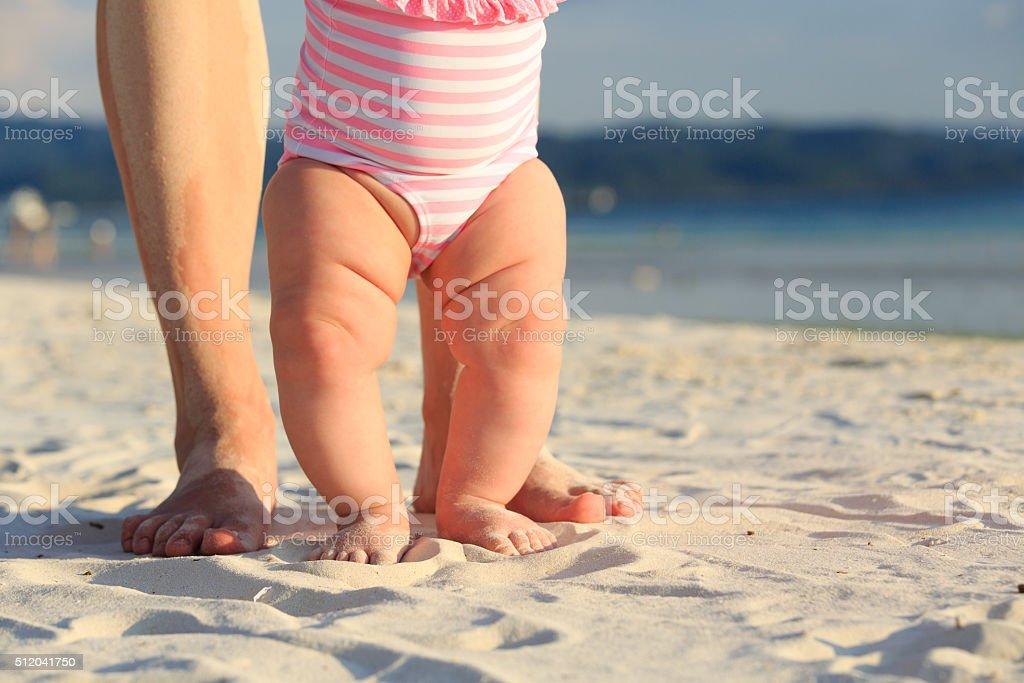 Madre y bebé cuadrados en la playa de verano - Foto de stock de Adulto libre de derechos