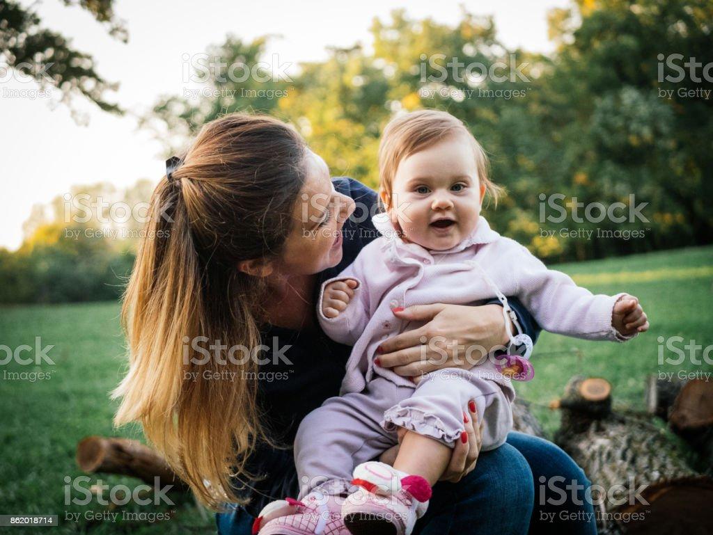 Mutter und Baby Mädchen kleben Lizenzfreies stock-foto