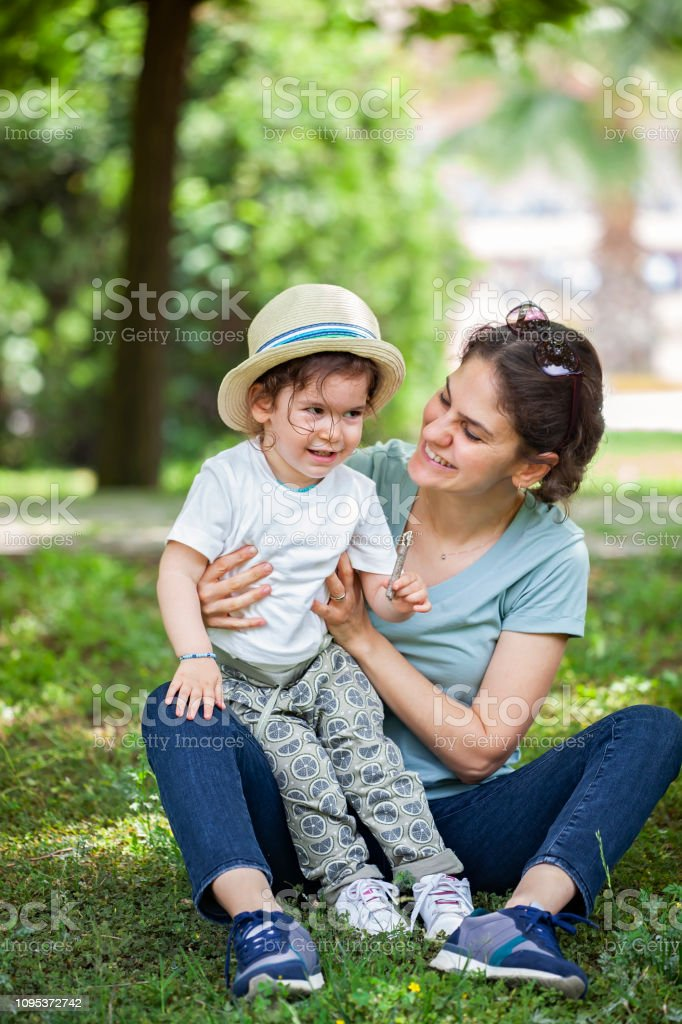 Anne ve bebek kız açık havada stok fotoğrafı