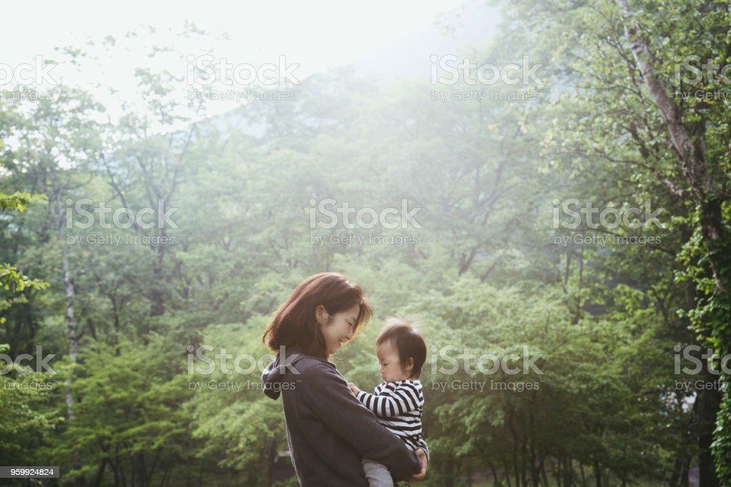 森の中でリラックスするお母さんと女の子 ストックフォト