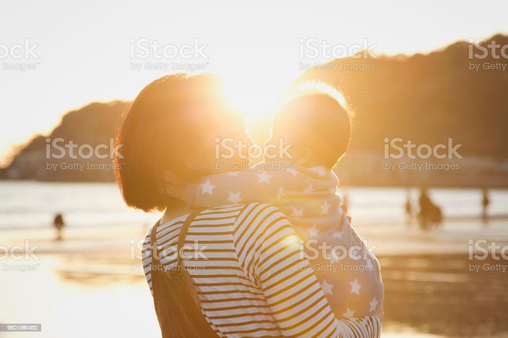 Mother and baby girl relaxed on the beach - Royalty-free 2-5 Months Stock Photo
