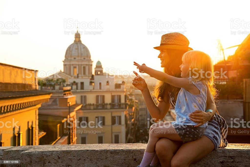 母親と赤ちゃんの女の子に座ってローマ通り ストックフォト