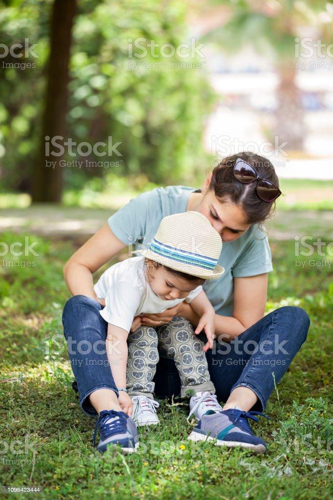 Anne ve bebek kız açık havada vakit stok fotoğrafı