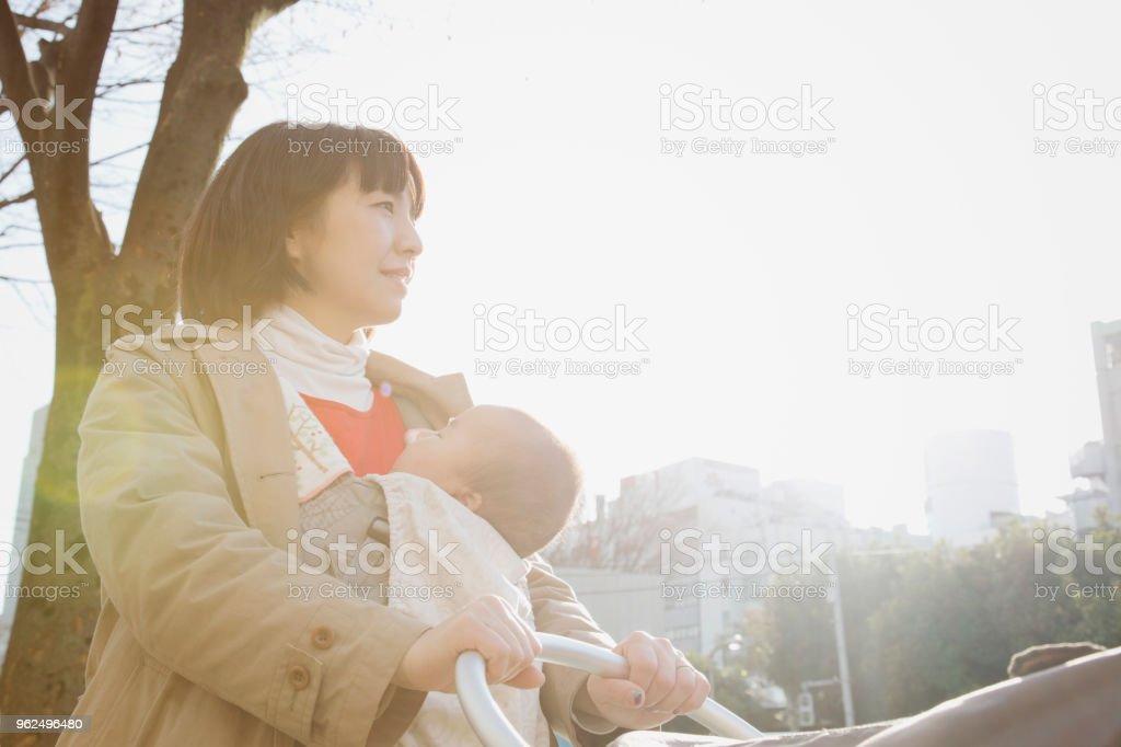 Mãe e bebê menina andando na rua - Foto de stock de 35-39 Anos royalty-free