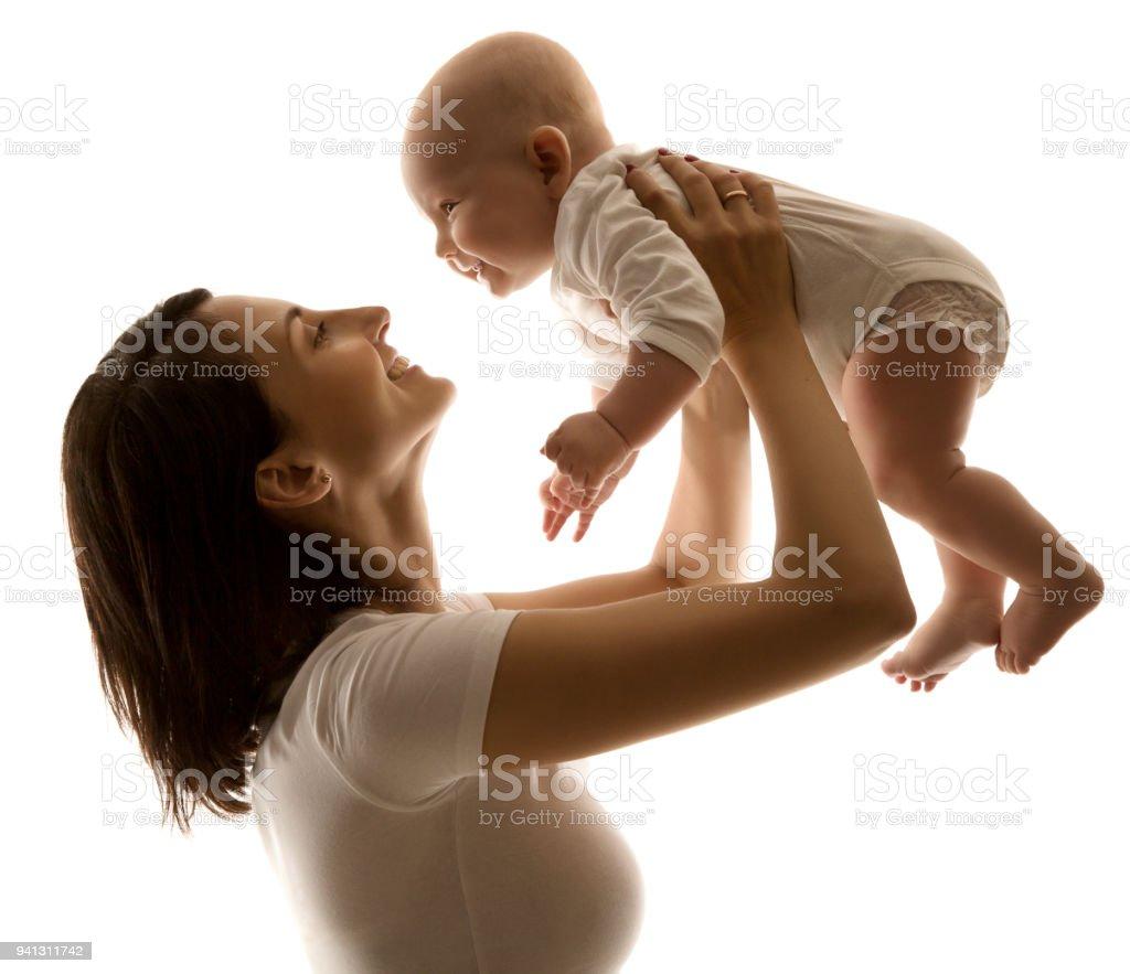 Mutter und Baby, Happy Family Portrait, hob Mama Kid Boy auf Händen, Frau und Baby Kind – Foto