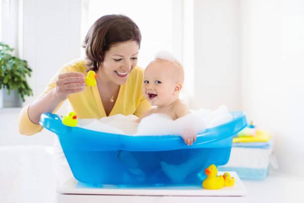 mor och barn i badet - baby bathtub bildbanksfoton och bilder