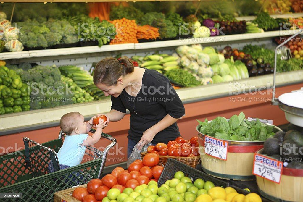 Мать и ребенок в продуктовый магазин Стоковые фото Стоковая фотография