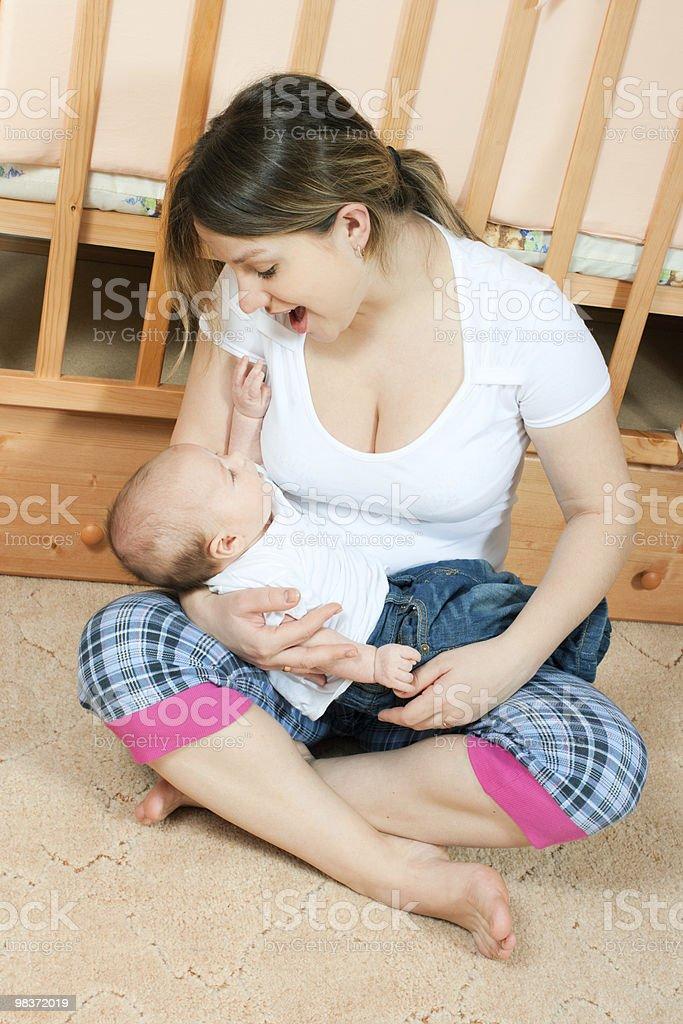 Madre e bambino in salotto foto stock royalty-free