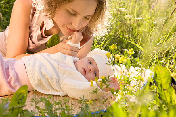 Mutter und baby in das Gras. – Foto