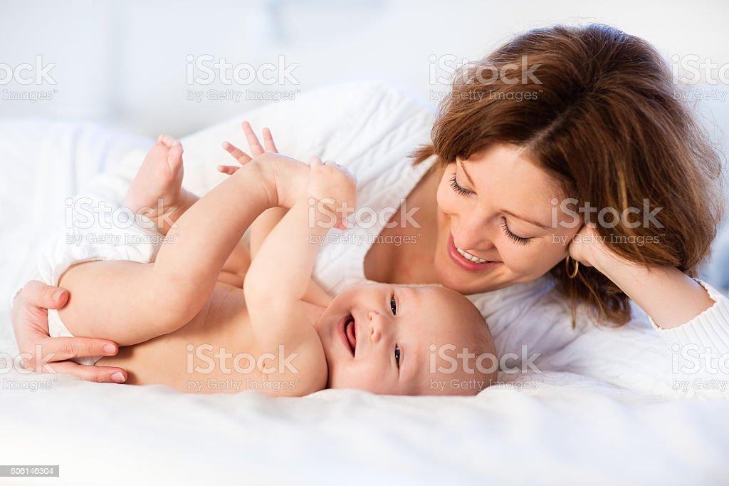 Mère et bébé sur le lit blanc - Photo