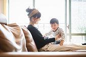 母親と赤ちゃんがソファでリラックス