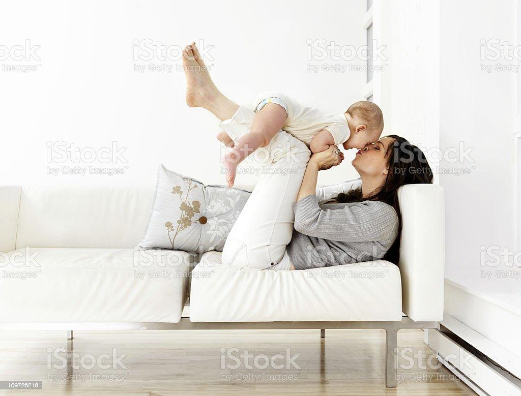 Mutter und Sohn auf Sofa – Foto